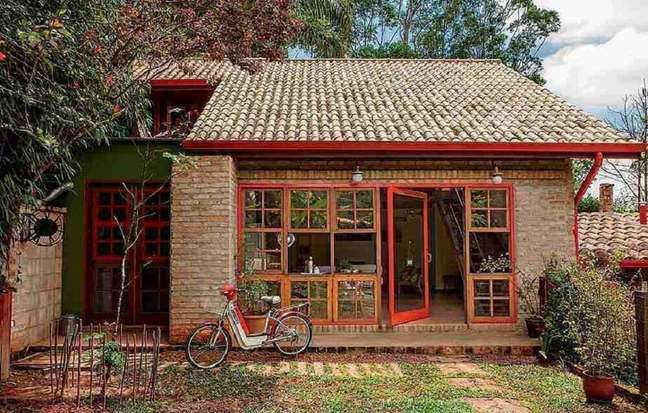 79. Fotos de casas simples com parede de tijolo à vista. Fonte: Lolafá