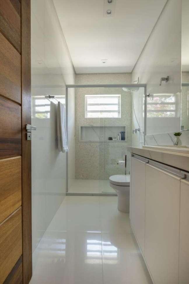 34. Nicho de porcelanato diferente da parede do banheiro – Foto Mav Arquitetura