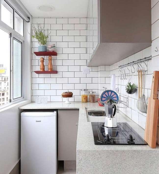 74. As hastes na parede da cozinha simples auxiliam na organização do cômodo. Fonte: Home Fashion Trend