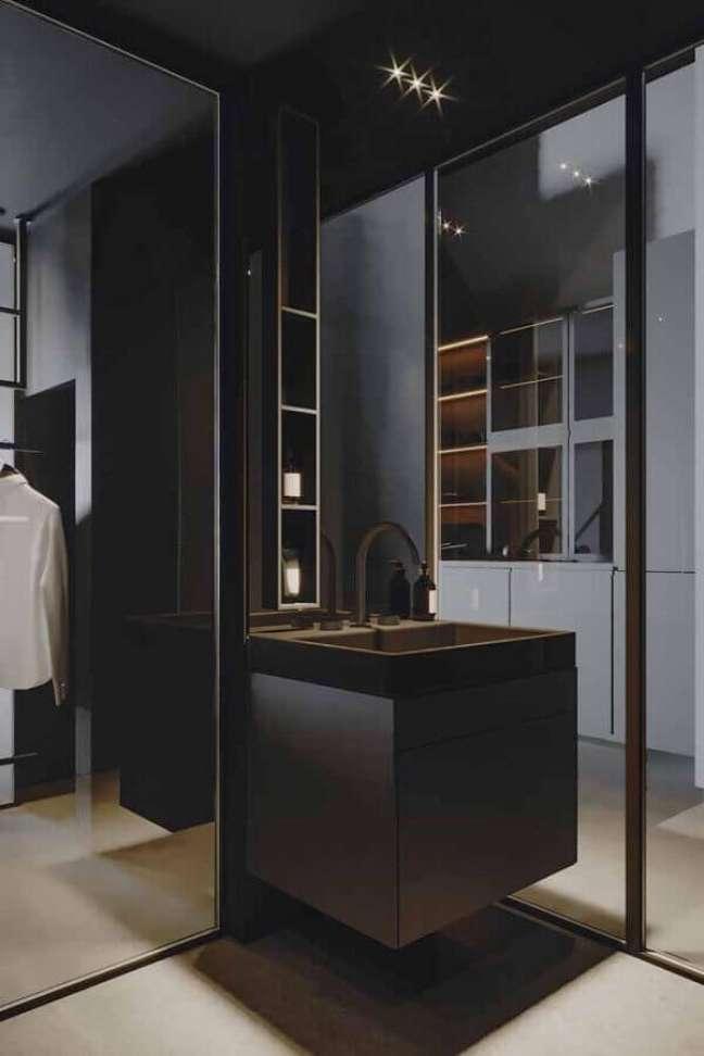 14. Cores de casas modernas com closet preto planejado com banheiro – Foto: Homedit