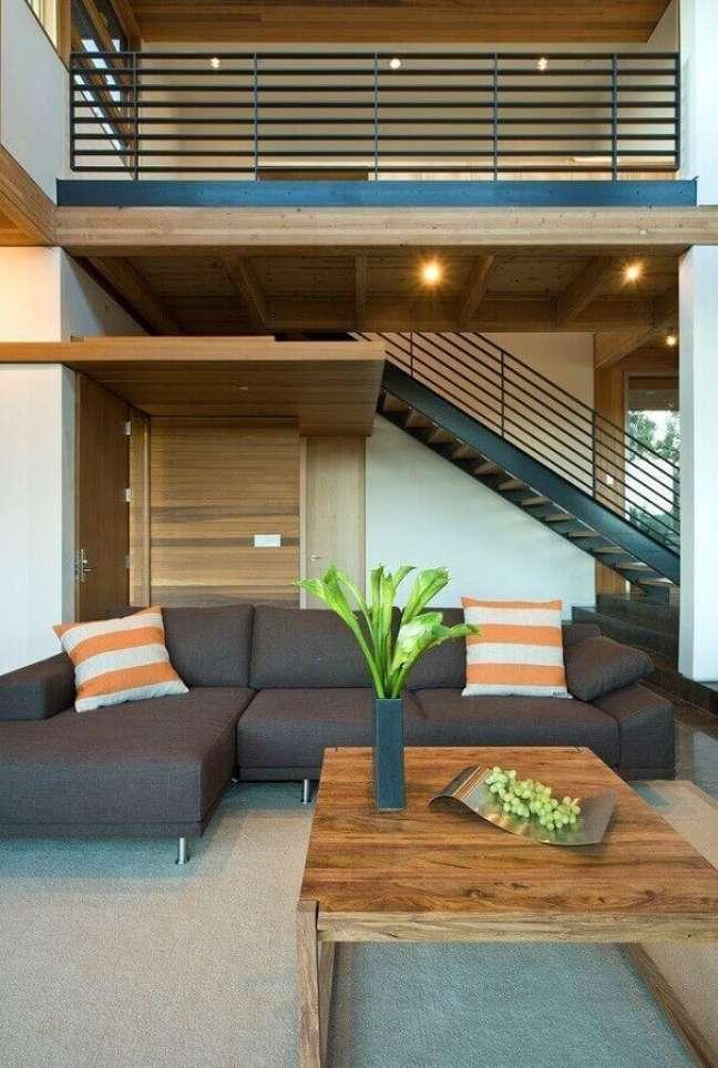 23. Cores de casas modernas decorada com sofa cinza e revestimento de madeira – Foto: Swatt Miers
