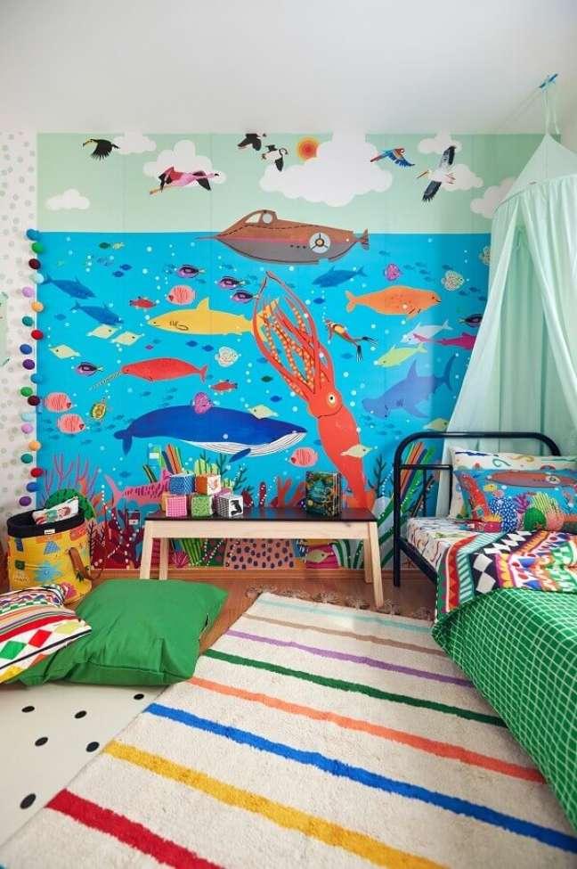 7. Tapete listrado para quarto infantil temático decorado com papel de parede fundo do mar – Foto: Marcos Fertonani para MOOUI