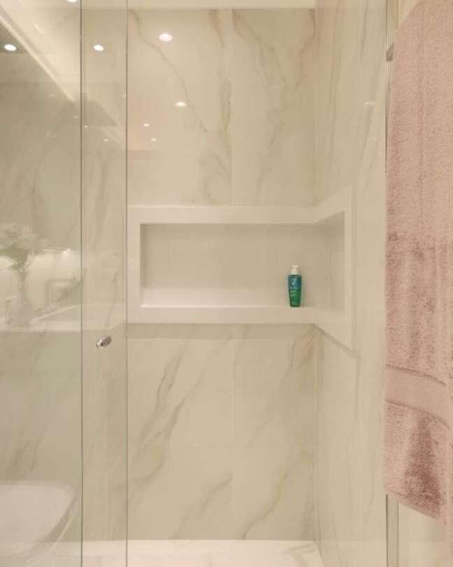 25. Decoração marmorizada com nicho de porcelanato – Foto Felipe Liciano Studio