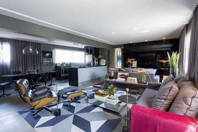 51. Cores modernas de casas com salas integradas em tons de cinza e decorada com tapete geométrico – Foto: Triart Arquitetura