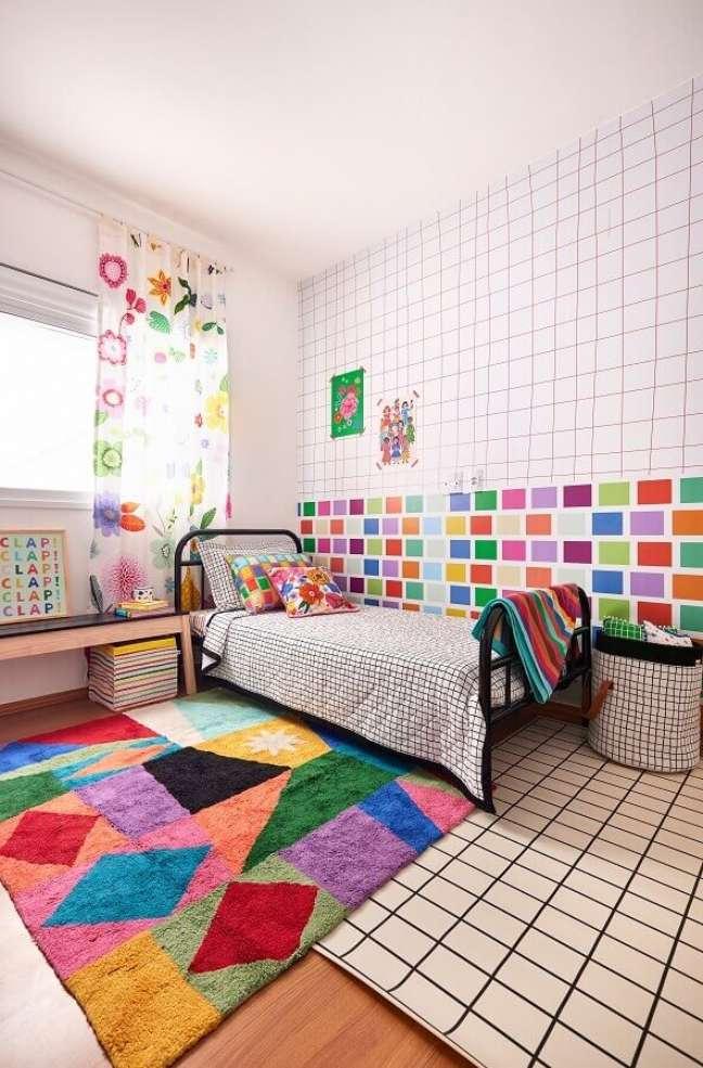 1. Quarto infantil decorado com tapete colorido e papel de parede geométrico – Foto: Marcos Fertonani para MOOUI
