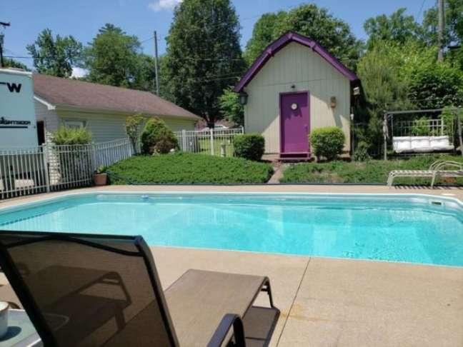 19. Decoração de quintal com piscina e jardim moderno – Foto Mom Music