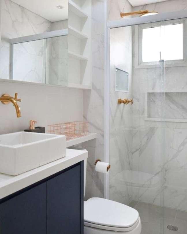 36. Nicho de porcelanato marmorizado e branco com decoração azul e dourada – Foto Mmaverick arquitetuar