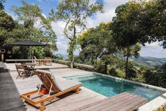 39. Quintal com piscina de borda infinita e deck de madeira – Foto Rap Arquitetura e Interiores