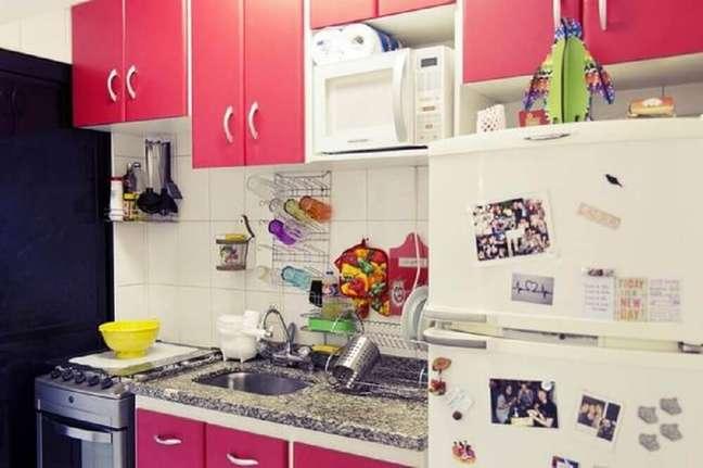 43. Decoração de casa simples com armário cor de rosa para cozinha. Fonte: Limãonagua