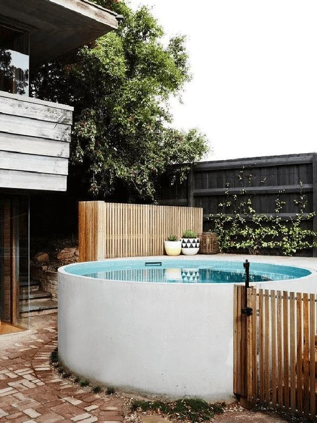 18. Decoração de quintal com piscina redondas e pequena – Foto Cozy Home