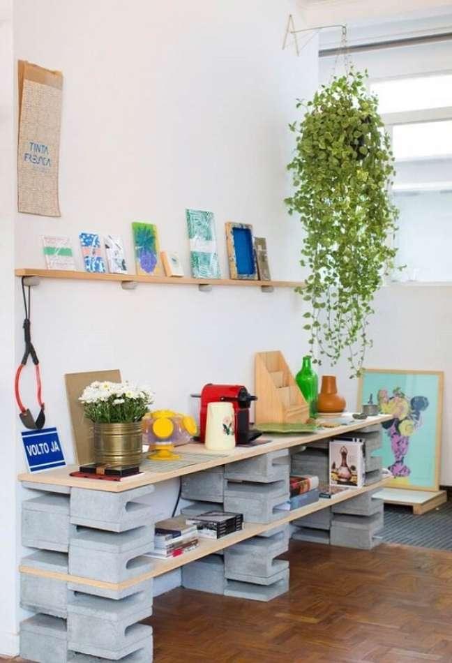 73. Aparador feito com blocos de concreto trazem estilo para decoração das casas simples. Fonte: Home Fashion Trend