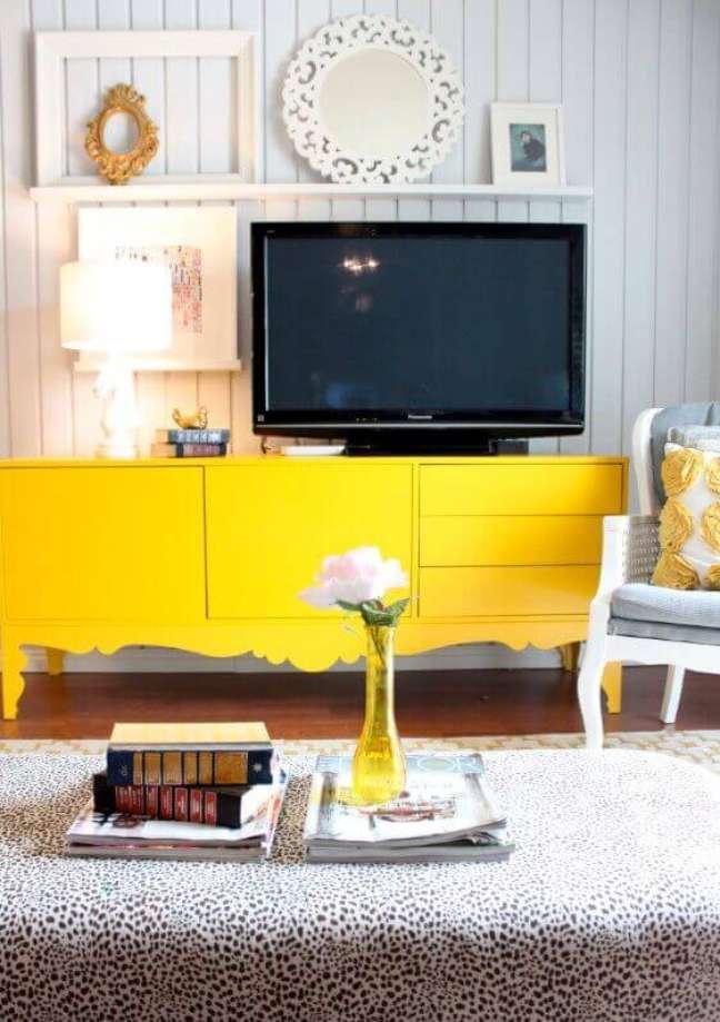 82. Na decoração de casas simples e bonitas invista em móveis coloridos. Fonte: Archzine