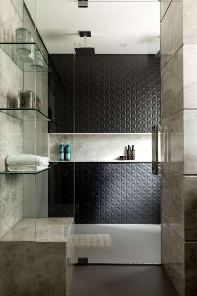 5. Banheiro preto e branco com nicho de porcelanato marmorizado – Foto Rogerio Galli