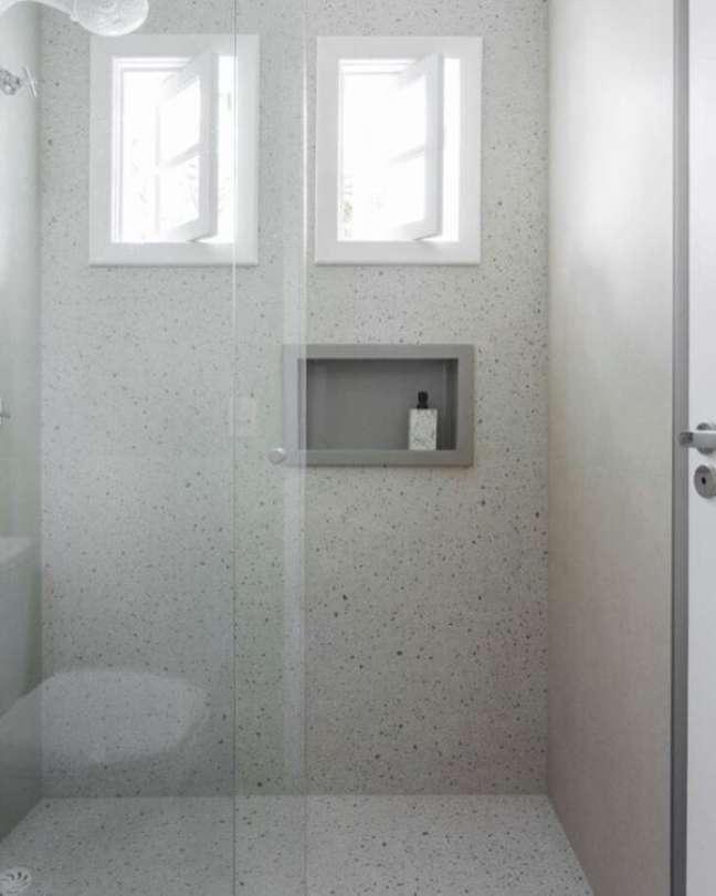 15. Banheiro com revestimento de granilite e nicho de porcelanato cinza pequeno – Foto Bianchi e Lima