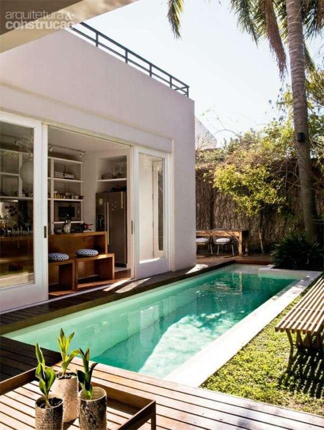 32. Piscinas modernas com revestimento de pastilha de vidro no quintal de casa – Foto Casa Abril