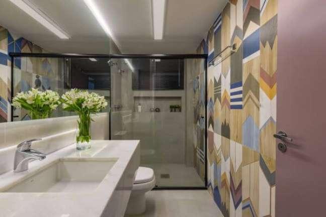 27. Decoração moderna com nicho de porcelanato na parede – Foto Mis Arquitetura e Interiores