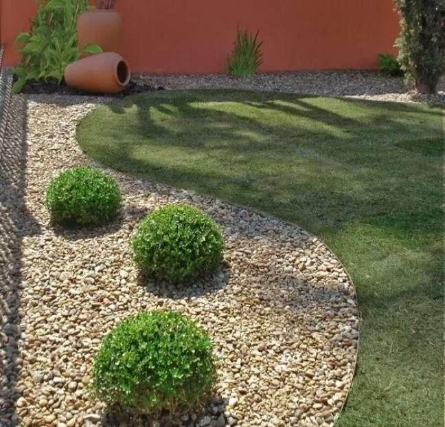 104. As pedras complementam o jardim nas laterais do terreno das casas simples. Fonte: Arkpad