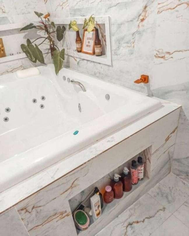 47. Banheira com nicho de porcelanato para shampoos e sabonetes – Foto Camila Morais Silva