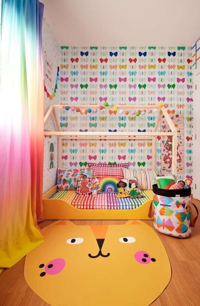 5. Tapete lúdico para quarto infantil decorado com cama casinha e papel de parede de borboletas – Foto: Marcos Fertonani para MOOUI