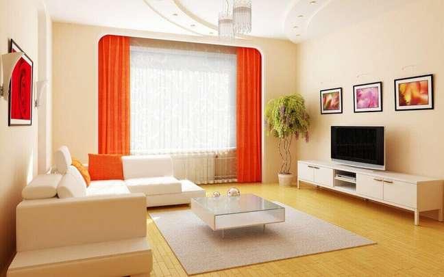 40. Decoração de casas simples com cortina laranja em sala com tons neutros. Fonte: Jukebox Solutions