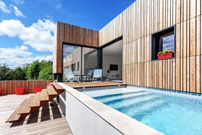 34. Piscinas modernas e elevadas são lindas para decorar o quintal de casa grande – Foto Homify
