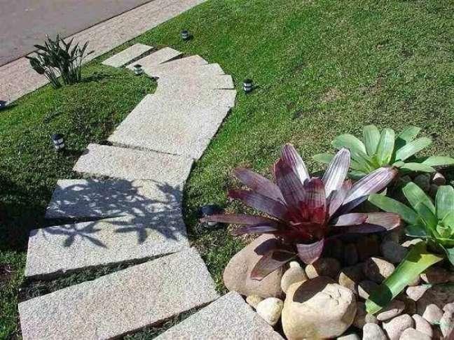 90. O granito em placas decora de diferentes formas o jardim da casa simples. Fonte: Pedras Ouro e Prata