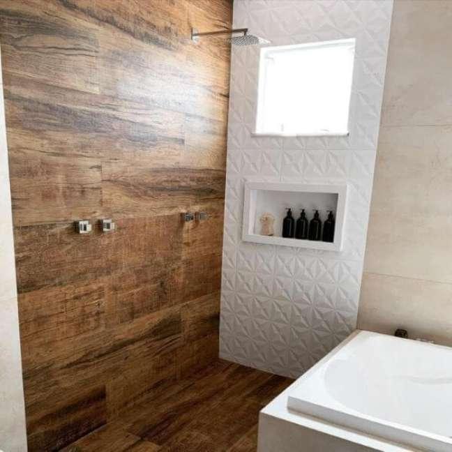 16. Banheiro com revestimento de madeira e nicho branco – Foto Casa 21 21