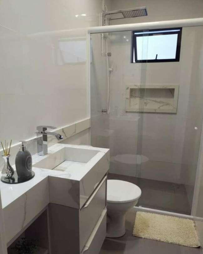 54. Banheiro branco e cinza com nicho de porcelanato amadeirado – Foto Ape 401