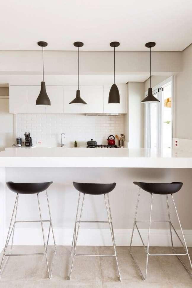 31. Cores de casas modernas para decoração de cozinha branca com pendentes pretos – Foto: GF Projetos