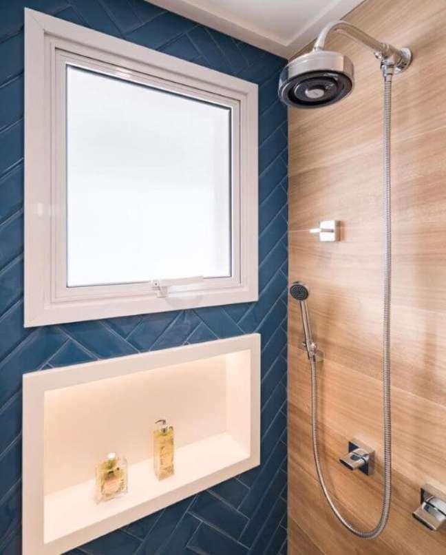 49. Banheiro azul com nicho de porcelanato branco – Foto Monise Rosa
