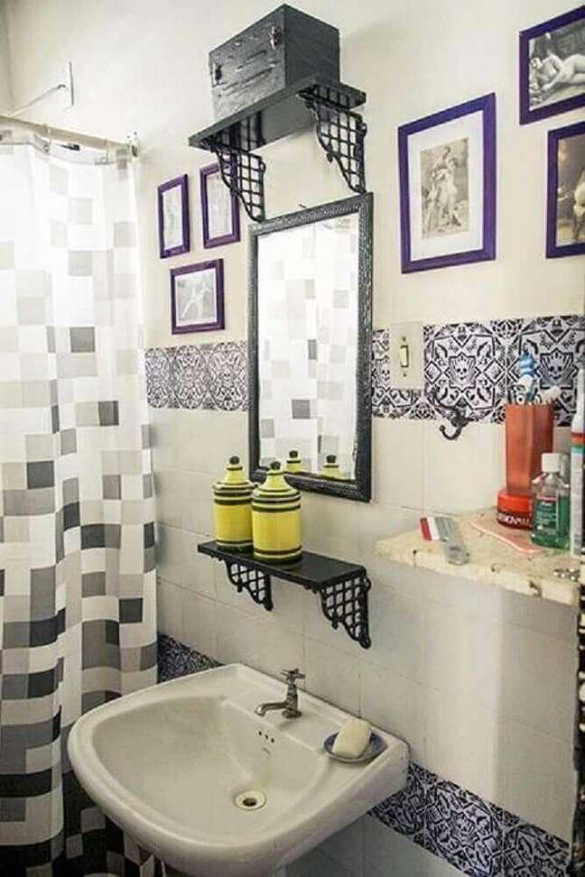 30. Decoração de banheiro simples com quadros pequenos. Fonte: Como Decorar um Banheiro