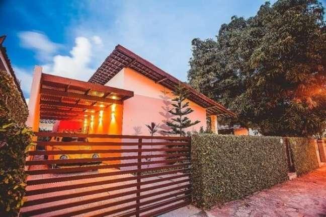 85. Porta de madeira e jardim vertical trazem um toque especial para a fachada da casa simples. Fonte: Martins Lucena Arquitetos