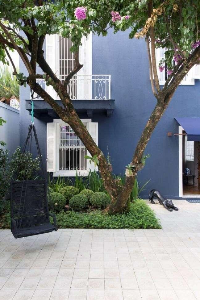 29. A rede cadeira traz um toque aconchegante para o quintal da casa simples. Fonte: Two Design