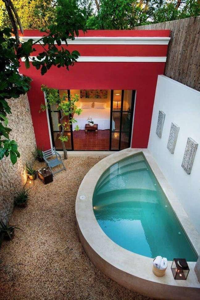 3. Quintal pequeno com piscina oval pequena – Foto Thont
