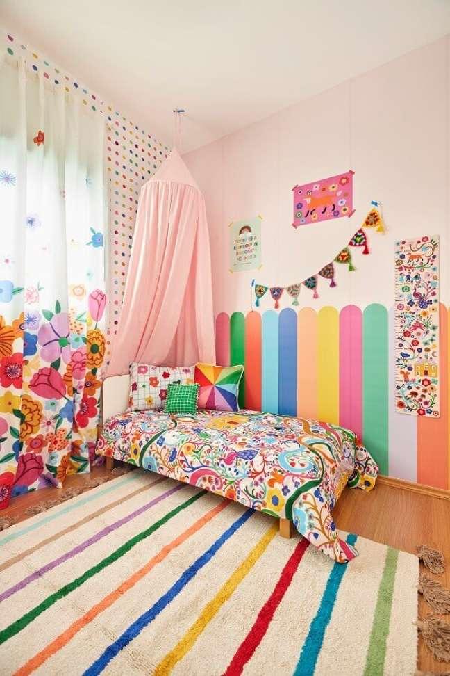 4. Quarto infantil colorido decorado com tapete listrado e cortina floral – Foto: Marcos Fertonani para MOOUI