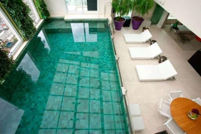33. Piscinas modernas com revestimento verde e móveis confortáveis – Foto Fernanda Marques