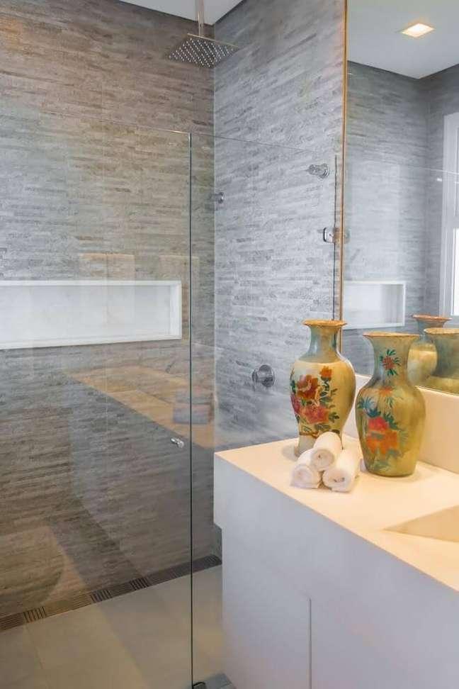 55. Banheiro cinza com nicho de porcelanato branco – Foto Renata Matos