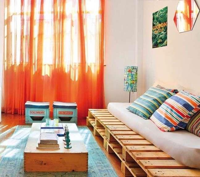55. Utilize pallet para decorar a sala de star das casas simples. Fonte: Lolafá