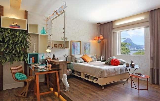 37. Decoração de quarto simples com cama de pallet e plantas. Fonte: Revista Casa e Construção