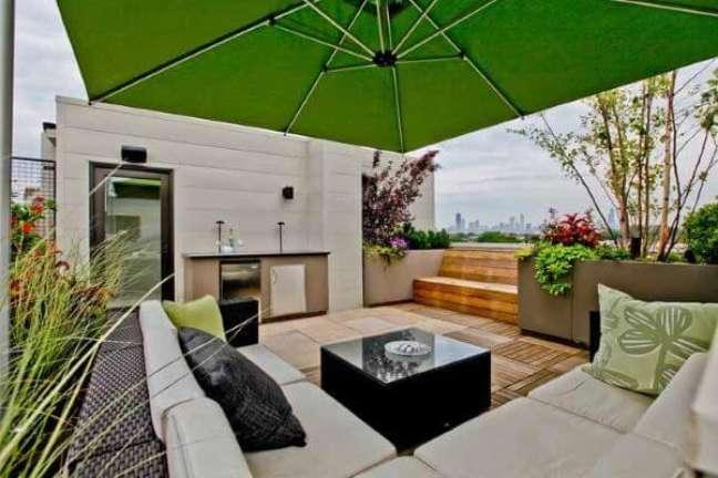 10. Área de piscina com sofá e ombrelone aconchegante – Foto Houzz