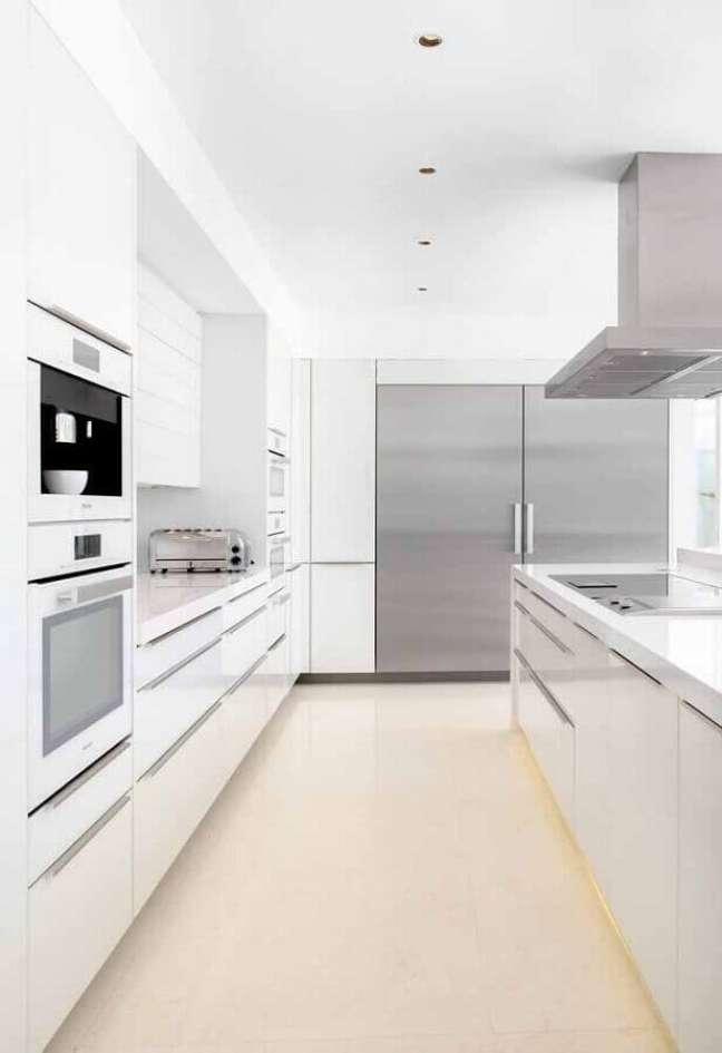 50. Cores modernas de casas com cozinha planejada toda branca – Foto: Home Fashion Trend