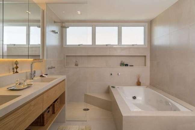 46. Spa em casa com nicho de porcelanato embutido – Foto Rocco Arquitetos