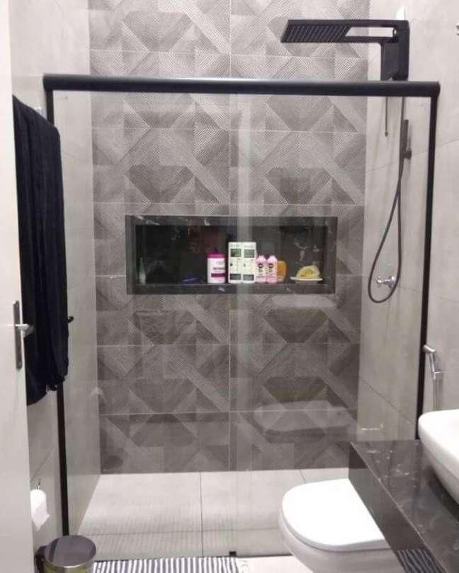 56. Banheiro cinza com nicho de porcelanato preto e decoração moderna -Foto Assis Home