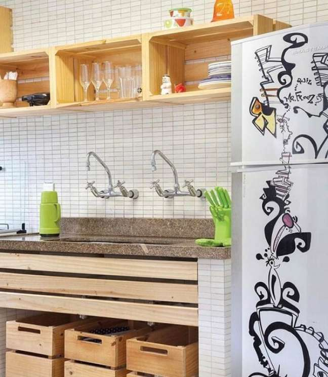 8. A cozinha das casas simples contam com caixotes de madeira que auxiliam na organização. Fonte: Dcore Você