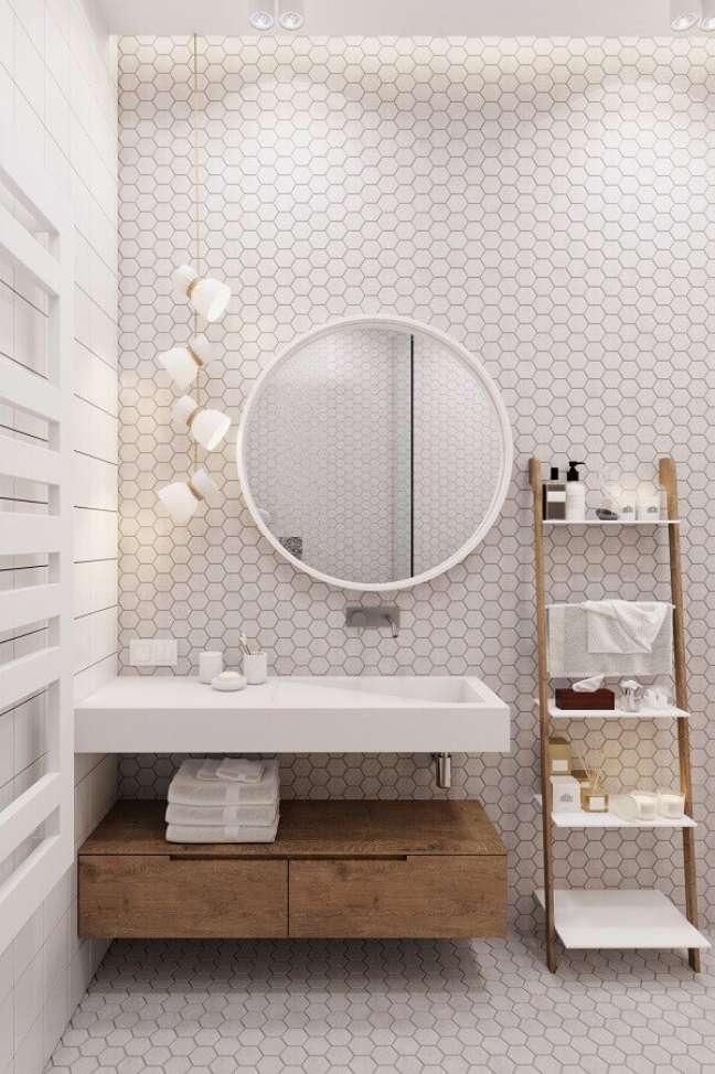 17. Cores de casas modernas decorada com banheiro branco planejado com revestimento hexagonal – Foto: Fresh4Home