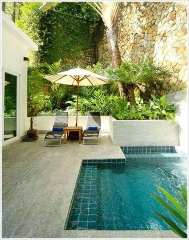 23. Pastilhas de vidro para quintal com piscina – Foto Yellow Self Storage