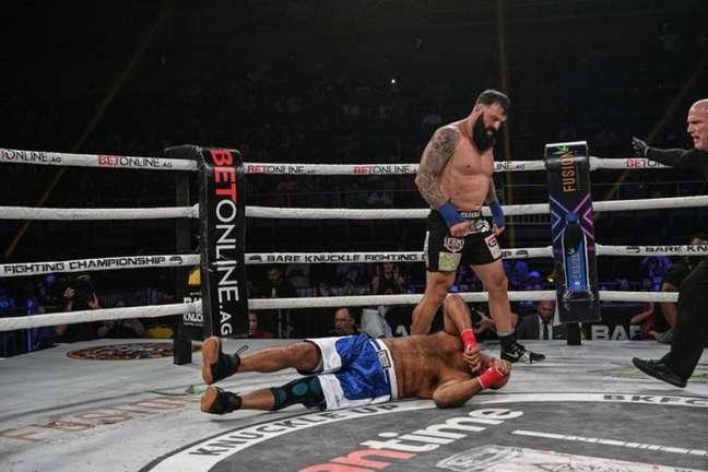 Dillon Cleckler nocauteou Justin Thornton com 19 segundos de luta (Foto: Divulgação / BKFC)