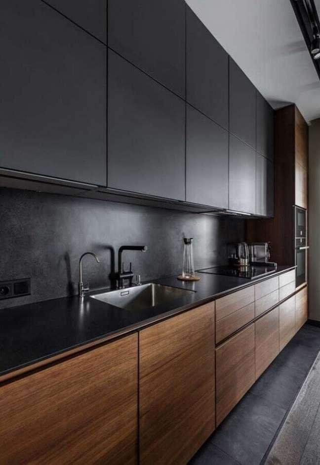 21. Cores de casas modernas decorada com cozinha preta com madeira – Foto: Home Fashion Trend