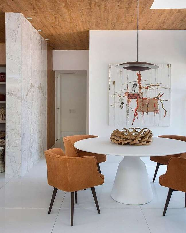 42. Cores de casas modernas para sala de jantar branca decorada com cadeiras e teto em tons terrosos – Foto: Babi Teixeira