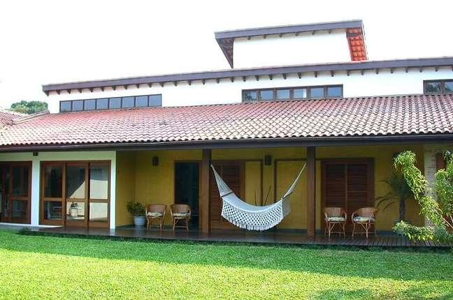 94. Móveis e rede de descanso trazem conforto para quem desfruta da casa simples de campo. Fonte: Sabrina Tironi
